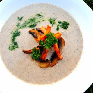 Žampiónový krém s pečenou mrkví a domácím petrželovým pestem