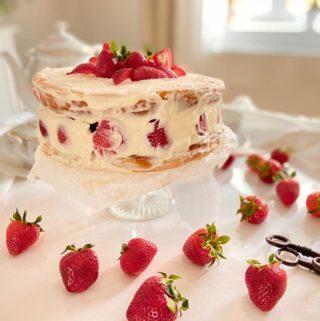 Jahodový dort plný šlehačky a mascarpone
